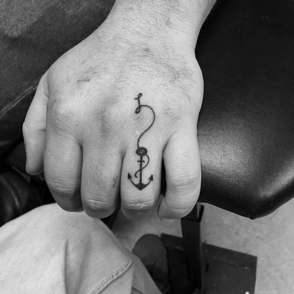 Small anchor with a rope on the ring finger