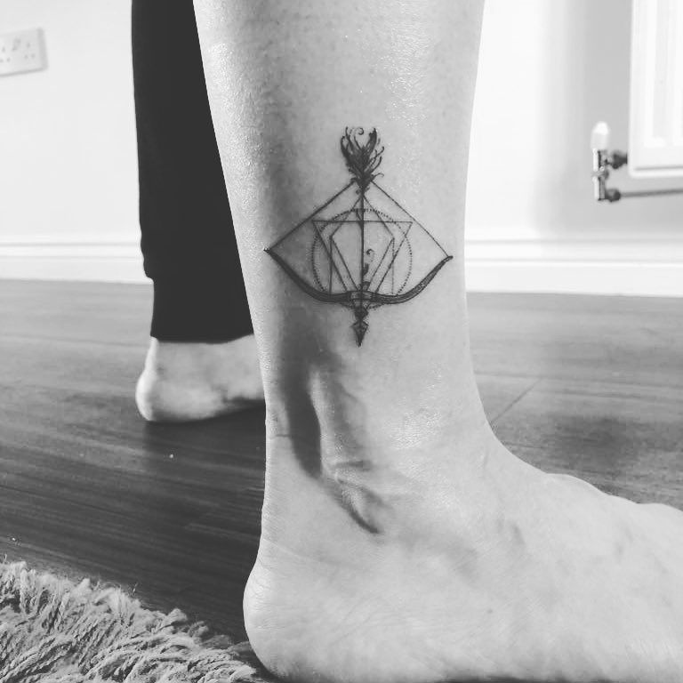Geometric bow and arrow on the right ankle