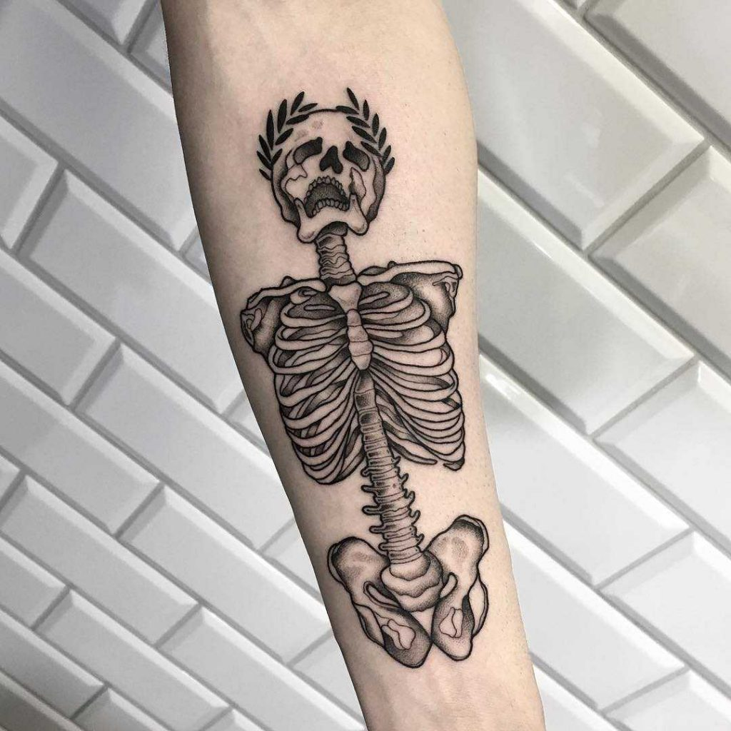 Skeleton with a wreath on the skull